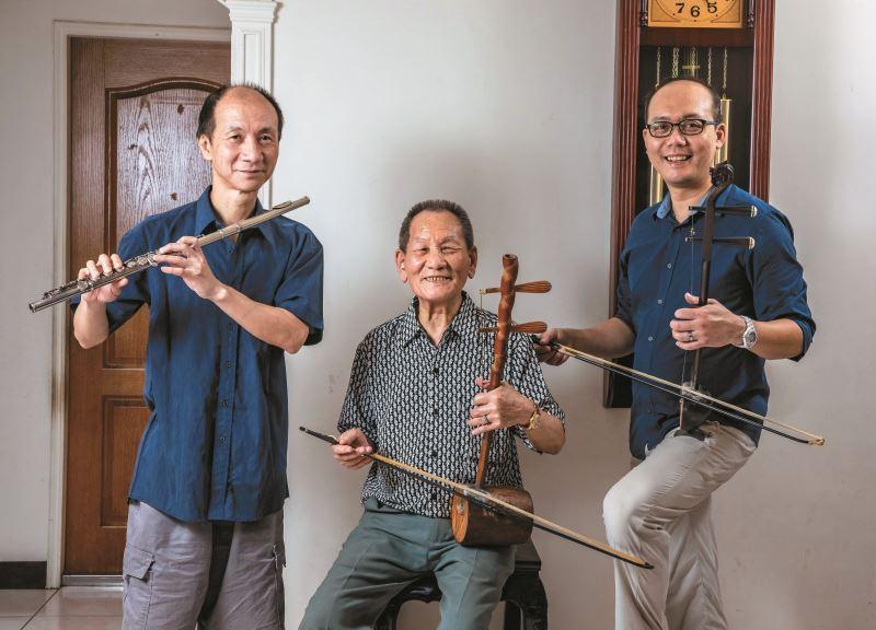 林竹岸(中)的長子王金龍(左)活躍於流行音樂界,三子林金泉(右)則扛起民權歌劇團團長職務,協助戲曲薪傳。