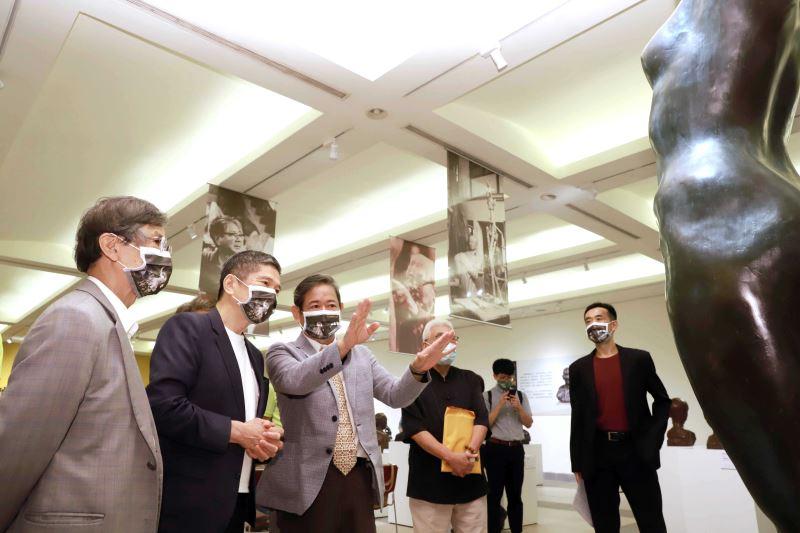 雕塑家蒲浩明(左1)、蒲添生雕塑紀念館館長蒲浩志(左3)為文化部長李永得(左2)導覽蒲添生雕塑作品