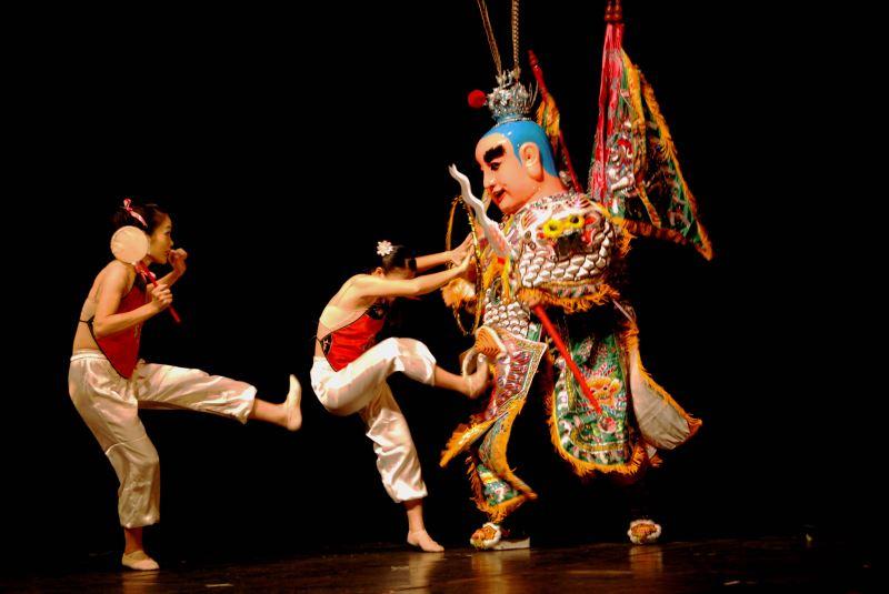 鴻勝將傳統技藝表演,經過精心編排設計,躍登正式舞台,至各地巡迴演出並名揚國際。