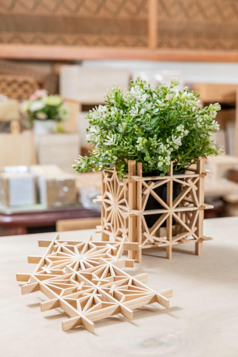 可自行創作不同木窗花樣的DIY套件組,隨著不同創意,目前已經可組出17種不同的花樣了。