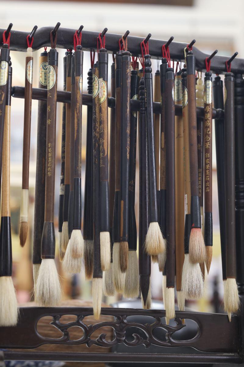 郭家筆墨莊的百年製筆手藝並未隨著毛筆行業的興衰而消亡,且在傳統中找到自己的道路,堅定不移地走下去。