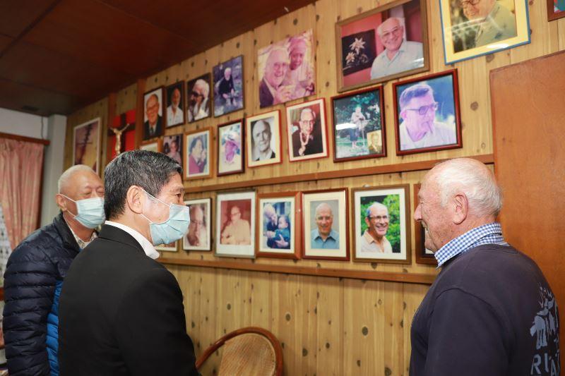 文化部李永得(左)聆聽天主教白冷外方傳教會修士歐思定(右)介紹白冷外方傳教會歷史
