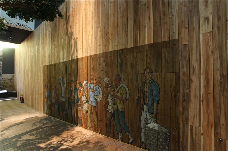 沿著參觀動線繼續往前走,可以聽見右手邊牆面上繪製的上岸移民、工人,在港邊嘈雜的對話;對話中不時夾雜著來自各地的方言。