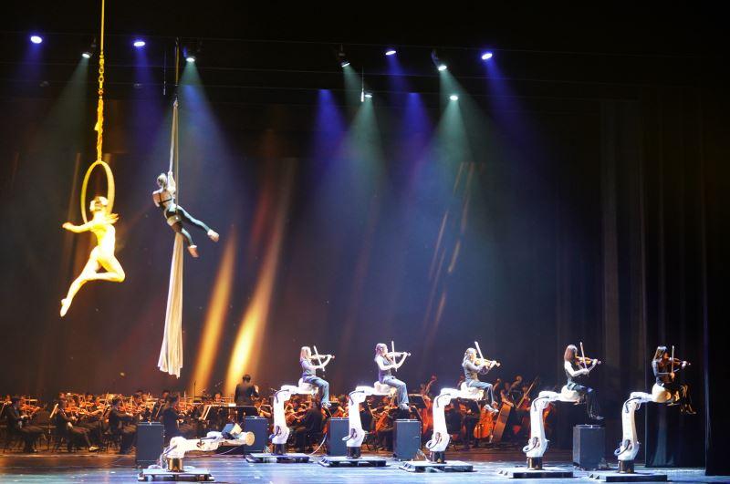 國臺交與上銀科技合作「科技與藝術的對話」音樂會,機器手臂與樂團音樂家及舞空術同台演出