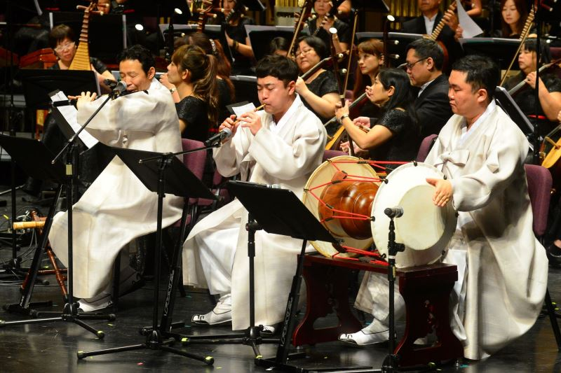 記者會現場照片4:韓國國立國樂院大笒、篳篥、杖鼓演奏家與臺灣國樂團共同演出「阿里郎組曲」精彩片段。