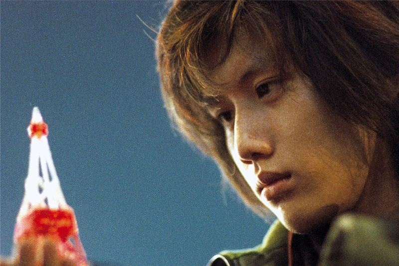 Xuen-Xuen, una joven solitaria, trabaja en la taquilla del tiovivo de un abandonado parque de atracciones.