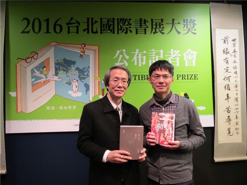 小說類得獎者《敵人的櫻花》作者王定國(左)與《邦查女孩》作者甘耀明合影。