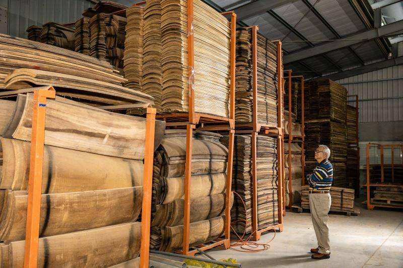 木材運來臺灣後,須經過5年時間靜置、窖藏才能用來製琴,是一項極大的投資。