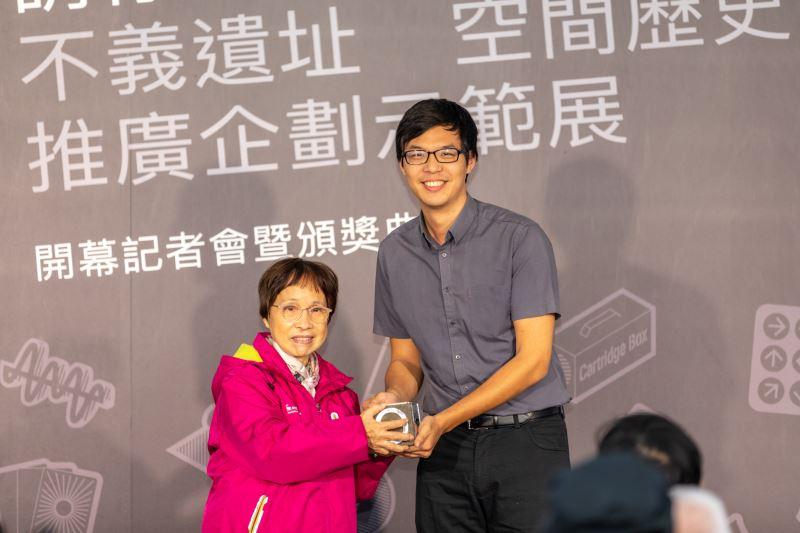 政治受難者家屬涂貴美頒發「河內奬」,右為得獎創作者王河洛