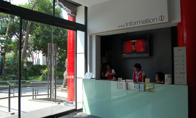 進入本館大廳左側為服務台(照片)