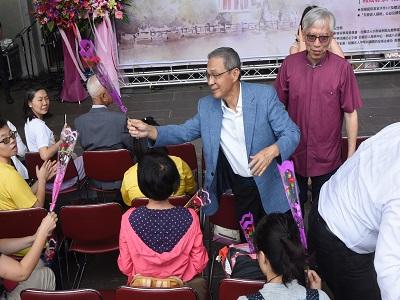 臺北市六堆客家同鄉會廖永源理事長致贈康乃馨給民眾