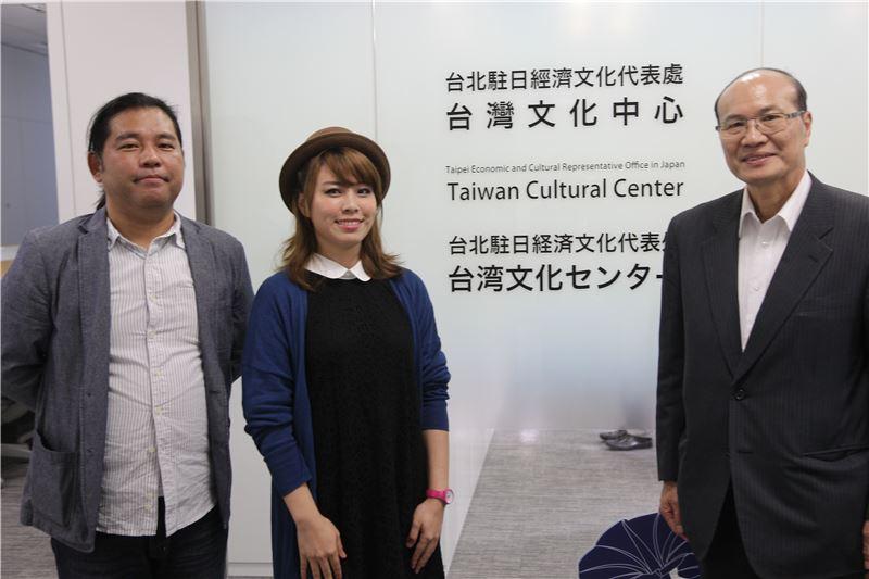右起:臺灣文化中心朱文清顧問、講者彎彎及主持人天野健太郎合影