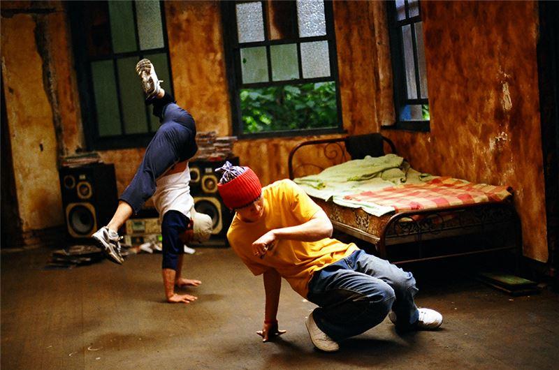 導演李啟源出身美國加州大學洛杉磯分校,曾在好萊塢大片廠工作多年,將一批專業班底帶回台灣拍片,無論攝影或音效,品質極佳。以街舞和嬉哈為主題,無疑是當年(2006)試圖吸引年輕觀眾、力圖振興國片的策略。