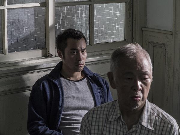 阿川在日本料理店擔任廚師,某晚工作時突然昏倒,緊急送醫卻查不出病因,同事將他送回山上老家靜養。