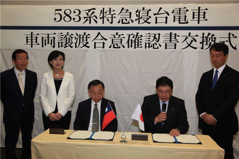 簽約儀式由國立臺灣博物館館長洪世佑(左三)與JR東日本執行董事最明仁(右二)共同簽署