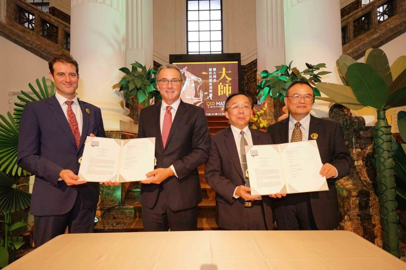 Representative Gary Cowan of the Australian Office in Taipei (left) and NMA Director Dr. Mathew Trinca (second left) witness the signing of a cooperative pact between the National Museum of Australia and the National Taiwan Museum.