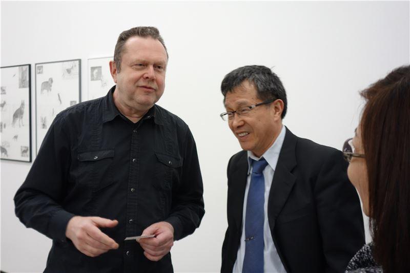 藝術總監譚勒特(Christoph Tannert)與謝大使交換意見