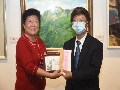 國父紀念館副館長楊同慧女士頒發金牌獎及獎金給得獎者康興隆先生。