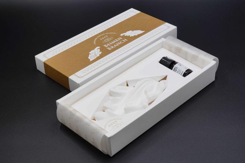 臺博館使用泥塑匠師修復鐵道部廳舍立體石膏飾的模具,翻模後設計製作「擴香石禮盒」(COZU攝,國立臺灣博物館提供)