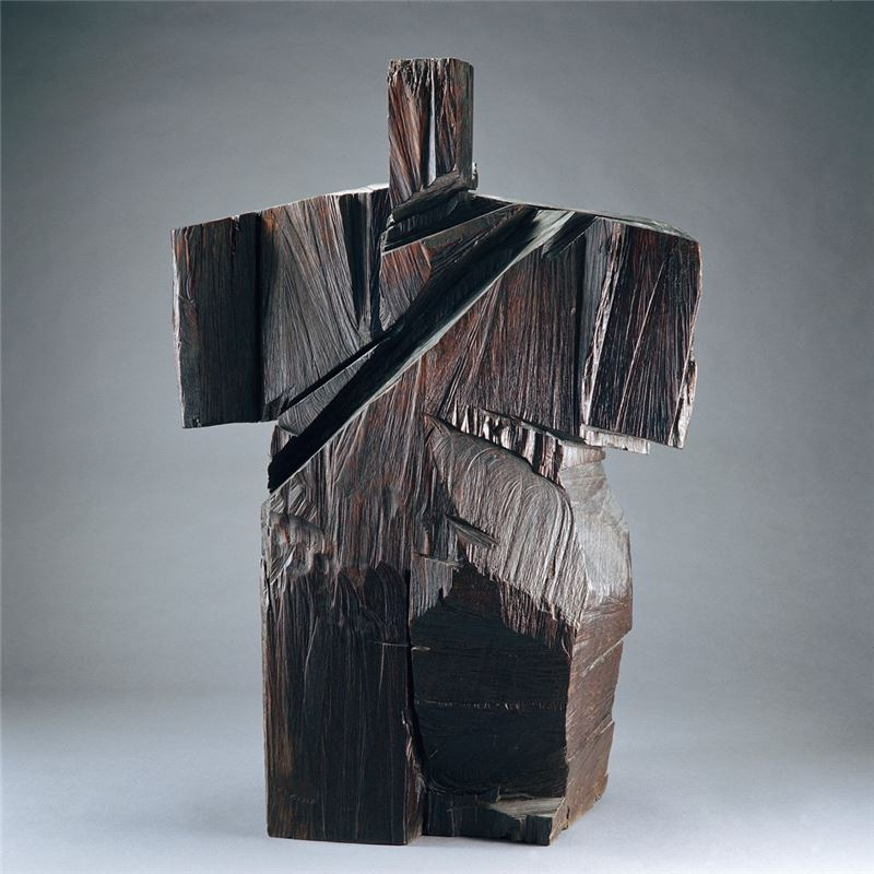 Ju Ming〈Cross Arms〉1990 Wood carving 125×84×46 cm