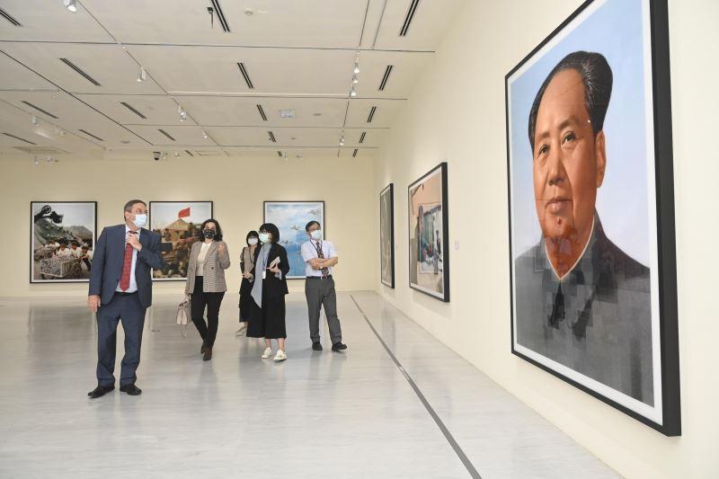 國美館特別安排柯畢斯伉儷參觀當期特展「影像之後:湯瑪斯.魯夫1989-2020攝影作品展」