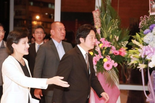 Premier Lai Ching-te (right) and Minister of Culture Cheng Li-chun attend premiere of headline show of 2018 Taiwan Traditional Theatre Festival on March 29 in Taipei.