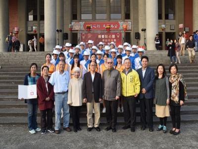 廖瓊枝女士(左四)、謝坤山先生(左三)等點燈貴賓及梁永斐館長(右五)與中山女高樂儀旗隊合影.