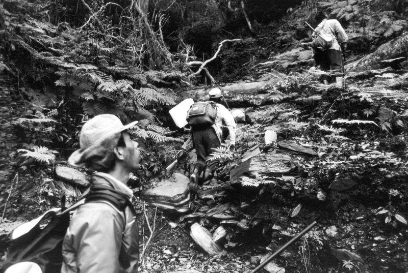 2-1_布農族獵人們前往狩獵的途中涉水過濁水溪上游溪谷。金成財《寂靜的槍聲》系列作品。