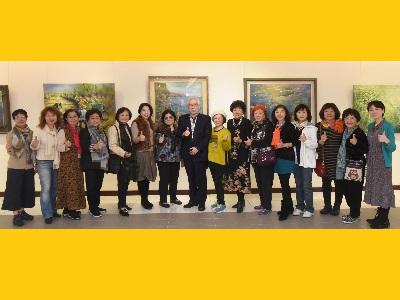 01國立國父紀念館梁永斐館長、台北市西畫女畫家畫會謝蘭英理事長及會員們合影