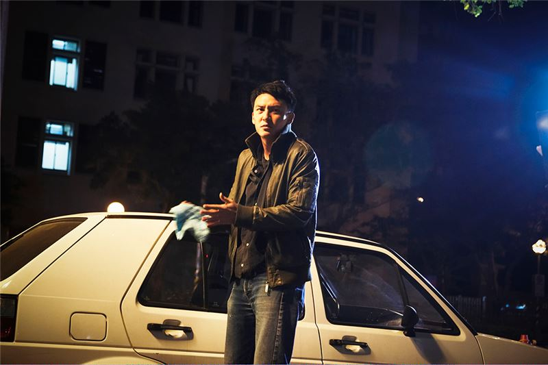 As Chen Mo searches for the car's owner in the nearby apartment buildings, he comes across a variety of strangers and their secrets: