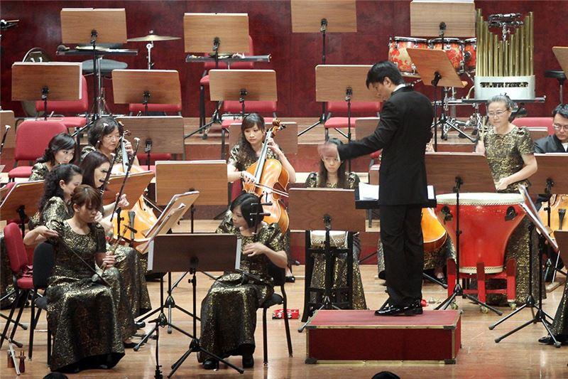 《歌仔主題隨想曲》演出照片。指揮:劉江濱。