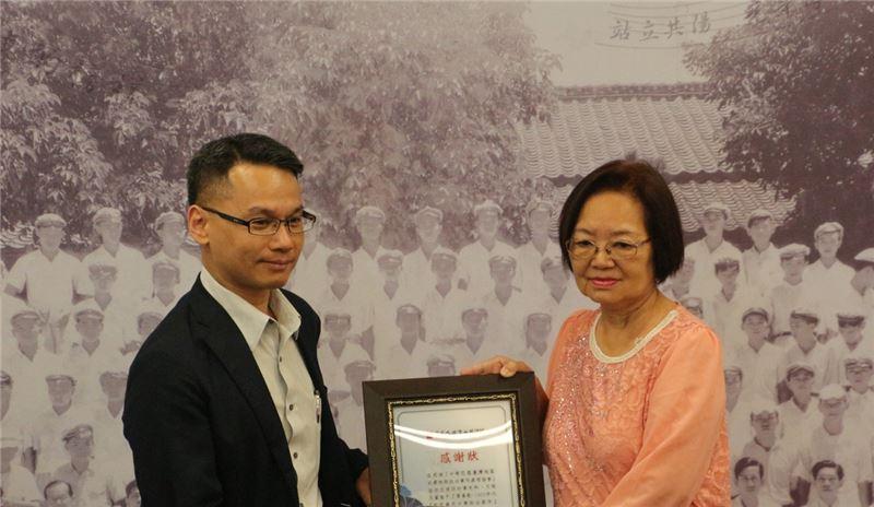 國家人權館籌備處主任王逸群頒發感謝狀予互助會台北分會會長黃雪玲女士,感謝受難者團體協助提供特展史料