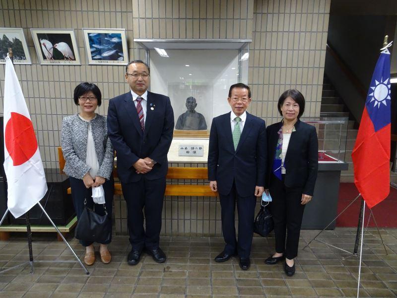 佐渡市長渡邊龍五(左二)感謝駐日代表處及文化部積極促成山本悌二郎胸像(中)返臺修復
