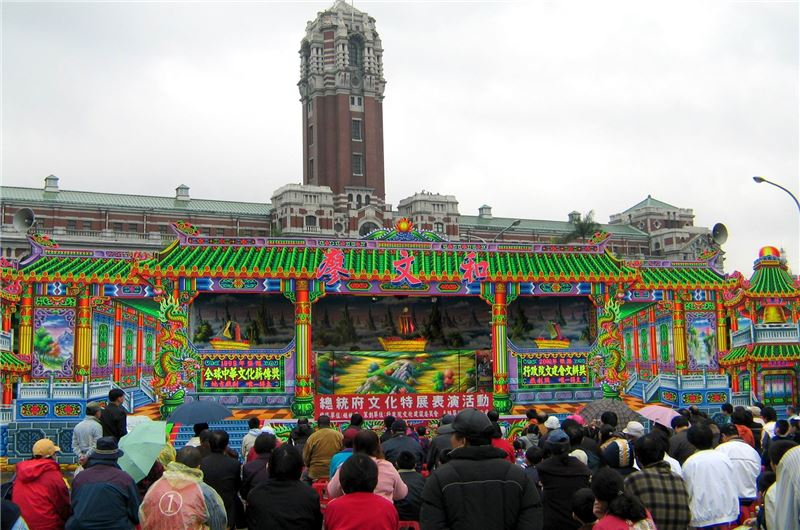 廖文和布袋戲團在總統府前廣場演出,觀眾熱情不畏雨淋。