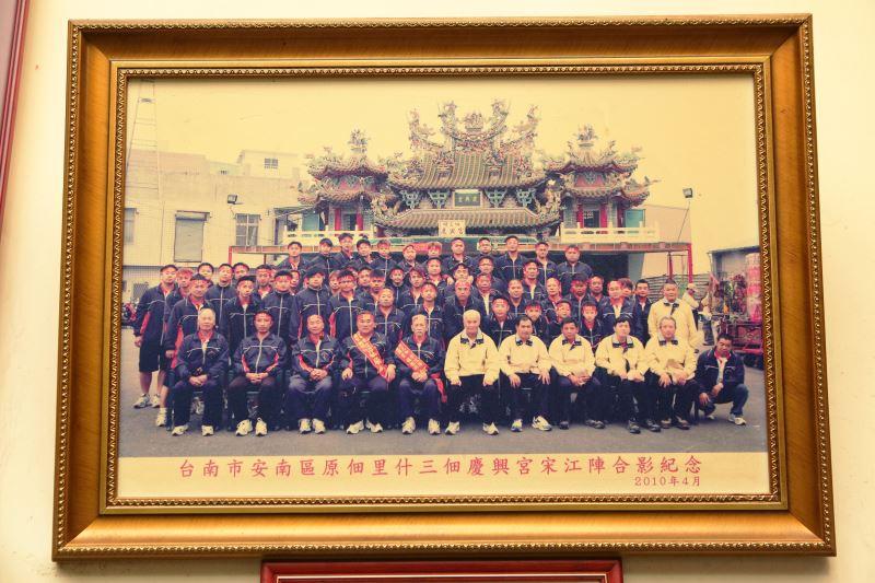 2010年,何國昭與臺南市安南區原佃里什三佃慶興宮宋江陣合影。