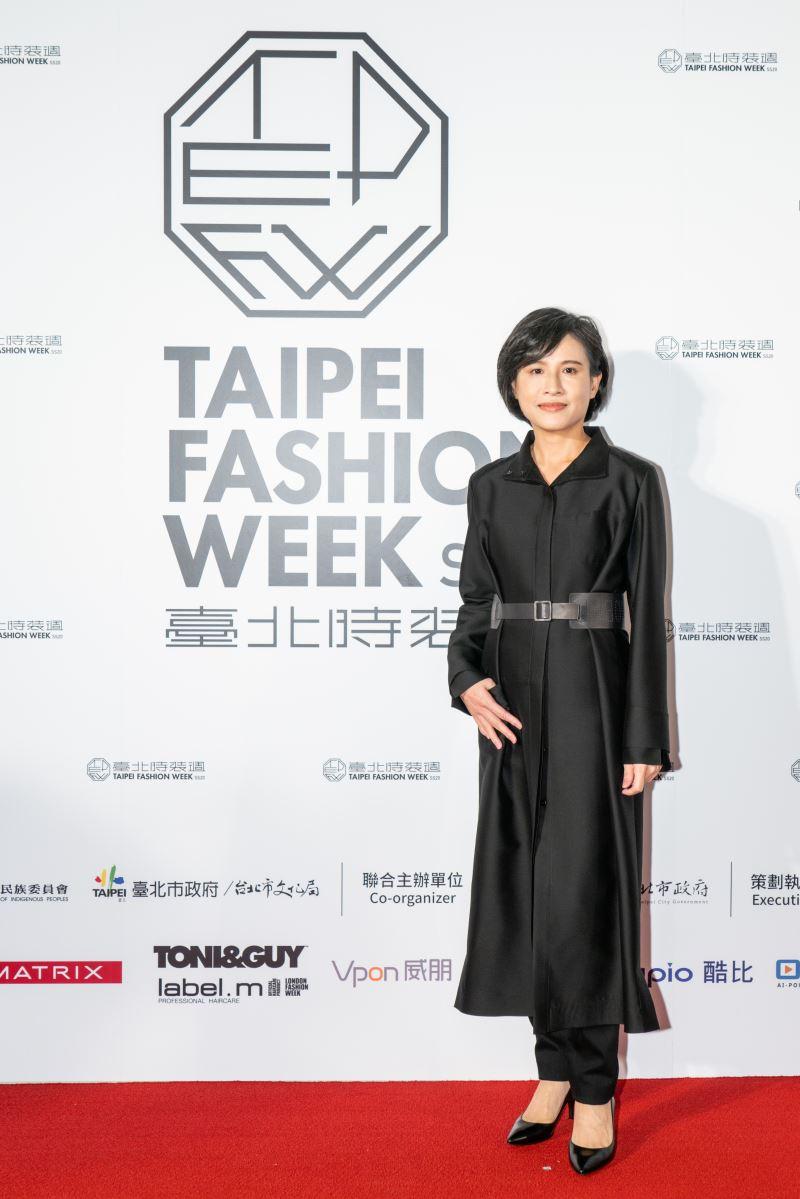 文化部鄭麗君部長身著臺灣知名服裝設計師陳季敏的作品