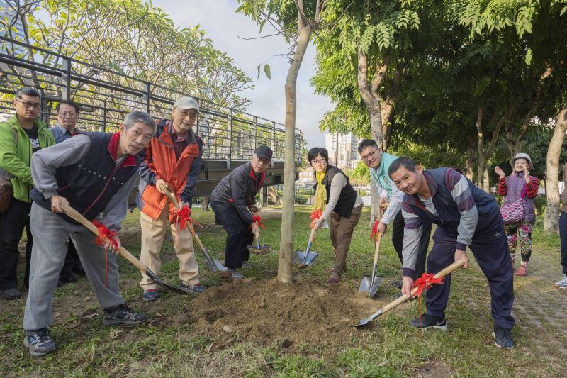 國美館梁永斐館長(左3)與參與代表合力種下樹苗