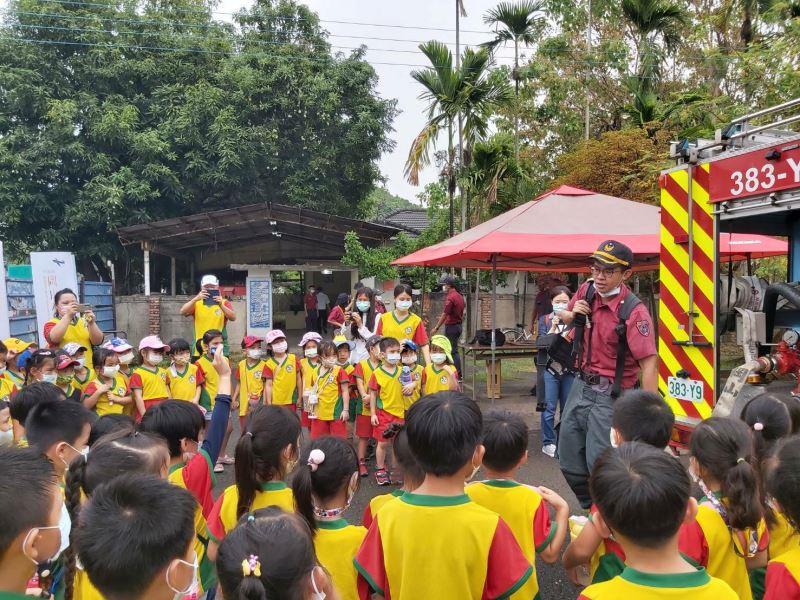 消防局人員教導幼兒園學童操作滅火器等消防設備