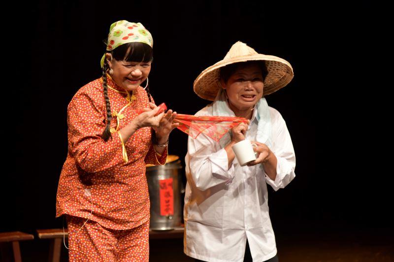 結業藝生-張錦桂(左)演出劇目-駛牛車-平貴寶釧愛在滿州