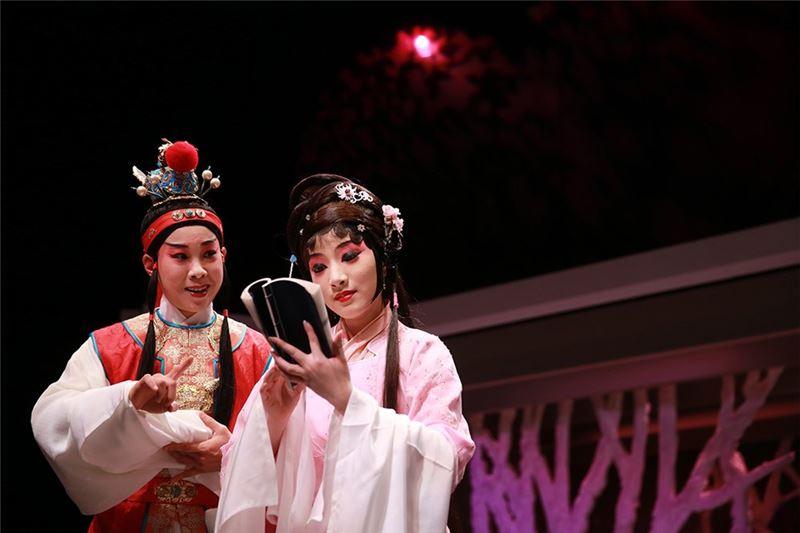 """A scene in """" Temptress Moon """"(2014). (Yang Han-ru as Jia Bao-yu and Ling Jia-lin as Lin Dai-yu)"""