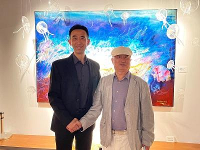 國父紀念館王蘭生館長與臺灣五月畫會吳柳理事長於其作品〈夢幻系列一〉前合影。