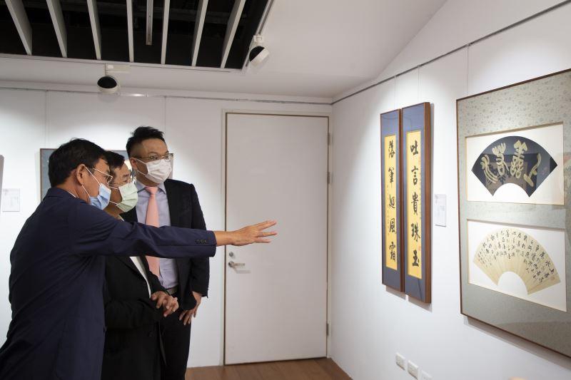藝術家黃國書立委(左)向教育部長潘文忠(中)介紹作品創作理念