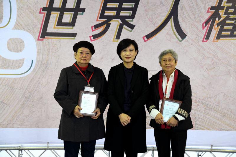 文化部長鄭麗君(中)頒發文物捐贈感謝狀予林黎彩女士(左)、何康美女士(右)