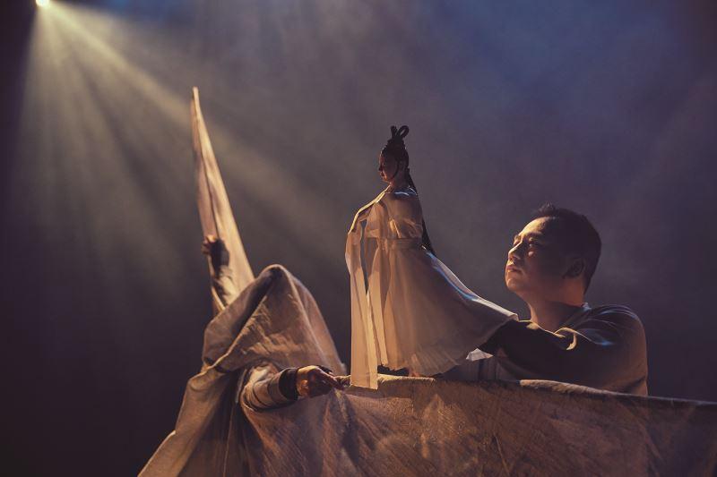 真快樂掌中劇團在2018年也跳脫既有布袋戲固定舞台之形式,創造意象式的新式舞台,圖為《孟婆‧湯》演出。