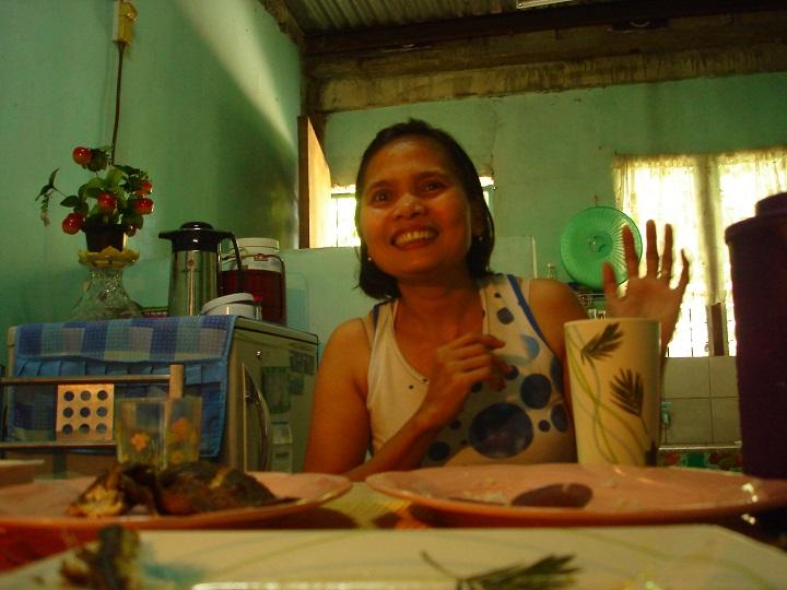 為了讓兩個女兒念大學,來自菲律賓的羅莉塔離開家人,離鄉背井到了台灣安養院工作,