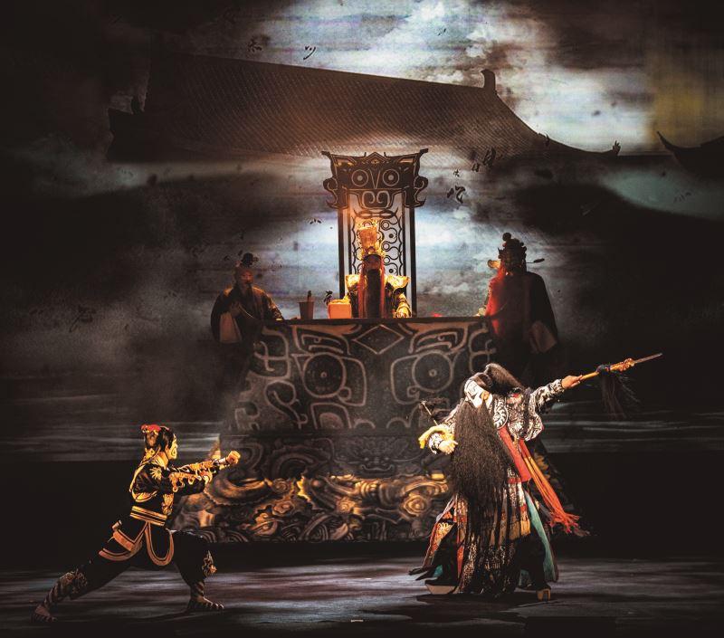 《閻羅夢——天地一秀才》的舞台設計大量運用了投影技術,讓場景虛實相映。