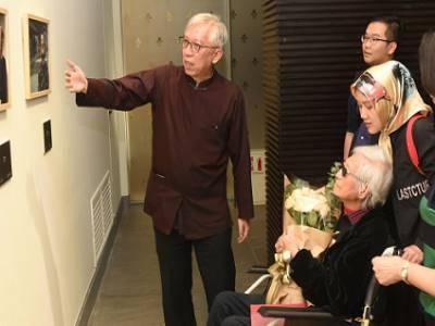 國父紀念館梁永斐館長(左)與柯錫杰老師展場巡禮