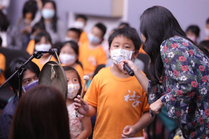 圖4:臺灣音樂劇場知名演員鍾筱丹擔任主持人,與觀眾親切互動。