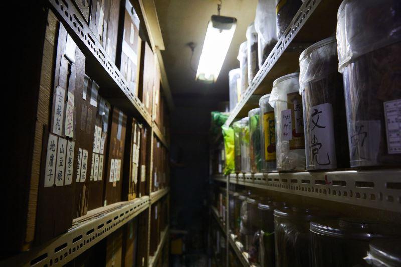 貼滿藥材名的櫥櫃,質樸古意。