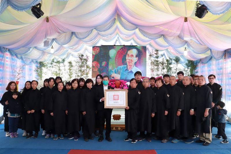 文化部長李永得(左)代表頒贈總統褒揚令,與全體家屬合影